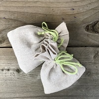 Geurende kruidenmix tegen ongedierte in een linnen zakje