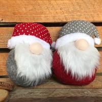 Kerstknuffel met rode stippenmuts